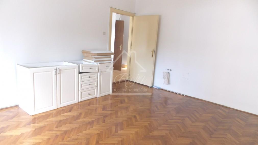 veľký 2-izbový byt na predaj v centre 55m2